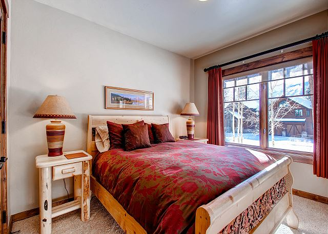 sleeps 2 in one queen bed, shares hall bath with TimberLand Twin