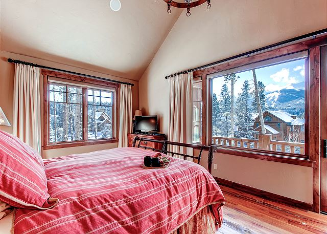 sleeps 2 in king bed, TV, beautiful views, reading nook and private balcony