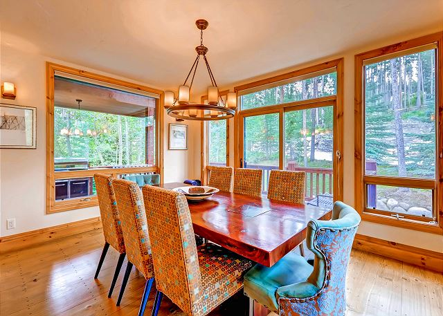 seating for 8 - additional seating in breakfast nook and kitchen bar