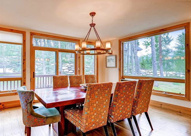 additional seating in Breakfast Nook and at Kitchen Bar