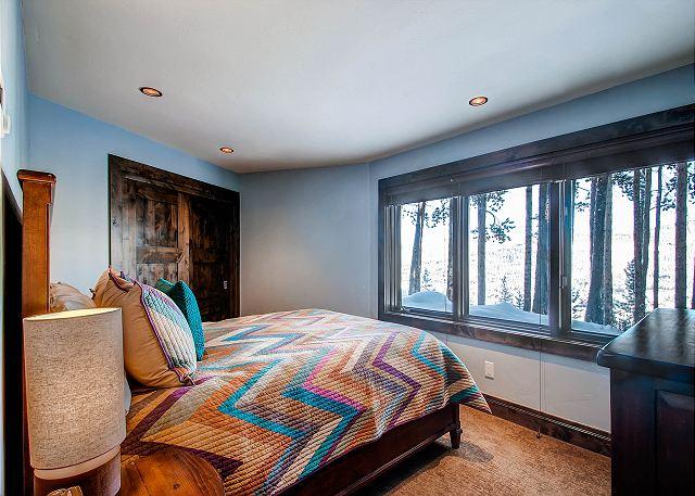 Stardust Queen - sleeps 2 in one queen bed (hall bath)