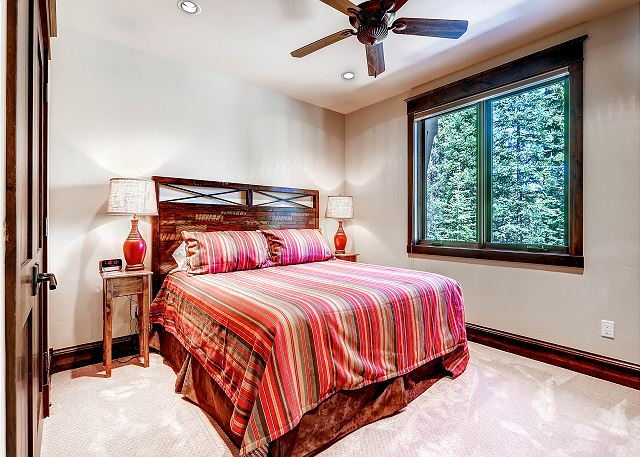 Red Fox King - sleeps 2 in one king bed, ensuite bath