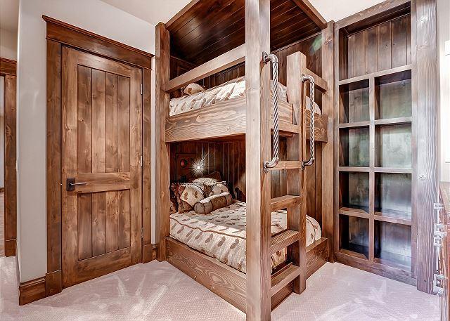 Mule Deer Double Bunk - sleeps 2-4 in two double beds, hall bath