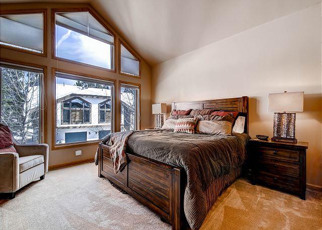 Imperial Master Bedroom – sleeps 2 in one king bed, ensuite bathroom