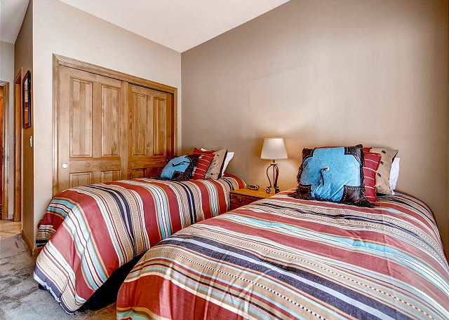 Ptarmigan Twin Bedroom – sleeps 2 in two twin beds or conversion to king bed sleeping 2, ensuite tub/shower bath