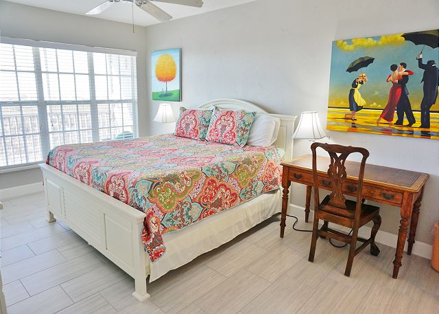 Vibrant decor with a panoramic view of the Gulf, B2313A