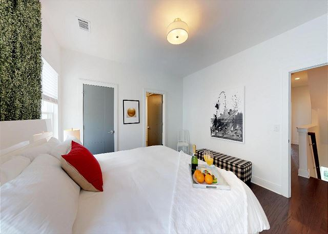 """Comfy King Bed and en Suite Full Bath in the """"Grammy Room"""""""