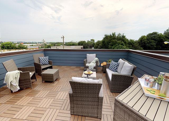 """Roof top Terrace with """"Vue"""" of the City Skyline"""