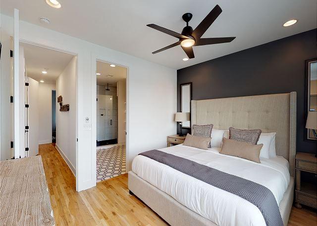Modern, Luxe Furnishings: All Bedrooms Have TVs & en suite full baths!