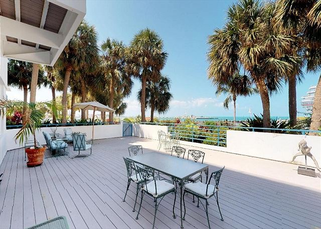 Admirals Quarters-Waterfront Monthly Vacation Rental-2BD/2BA with shared Pool