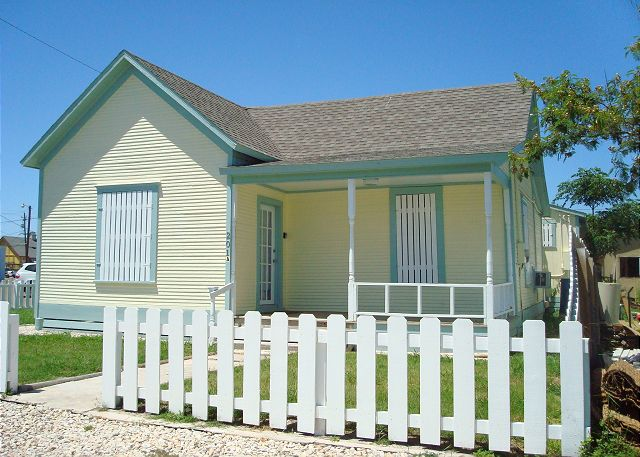 Charming Coastal cottage with convenient in-town location