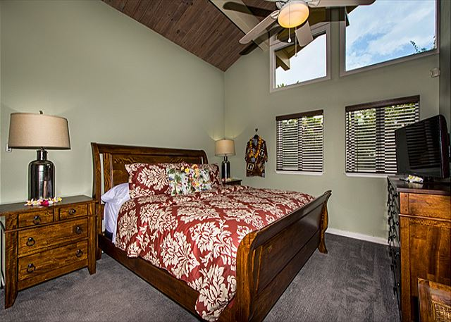 Kona Coffee Suite (King) with Vaulted Ceiling
