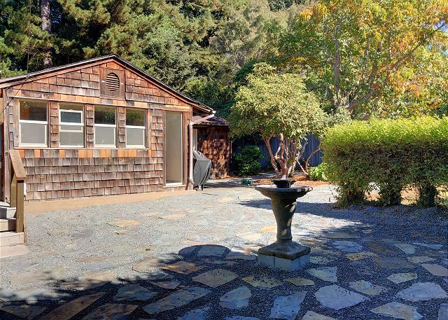 Hand-Built Cabin w/ Outdoor Soaking Tub Overlooking Courtyard, Walk to Beach