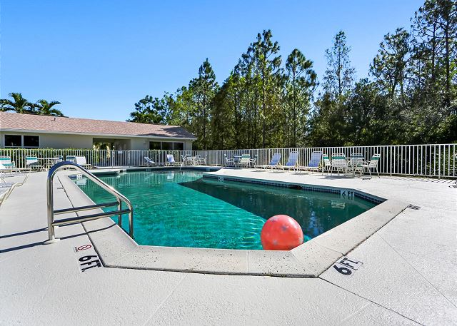 Welcoming and Modern Villa with Lake Views! Walk to Community Pool!