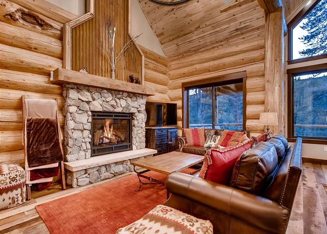 Magnificent Living Room And Fireplace To Warm Up After A Day On The Slopes.