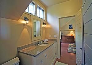 Twin bedrooms shared bathroom