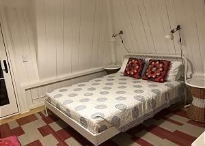 Second floor Queentwin  bedroom with deck