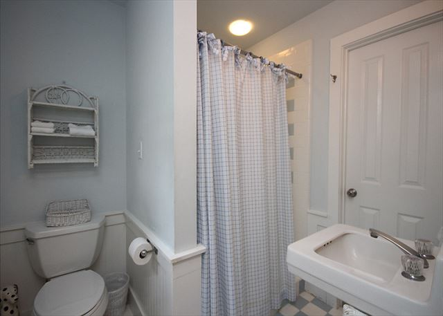 Ground floor bath with access to outdoor shower