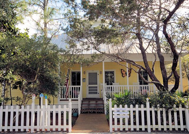 Moonlight Hug is a guest cottage to Beachside Kiss