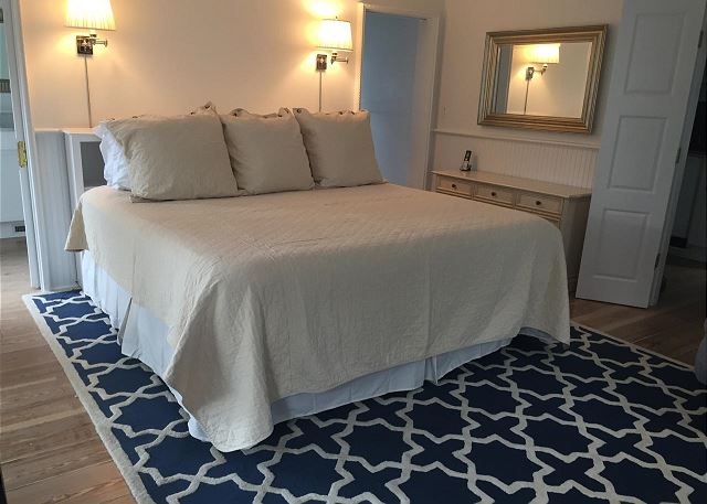 New King Master Bedroom with Brand New Mattress & Private Bath (