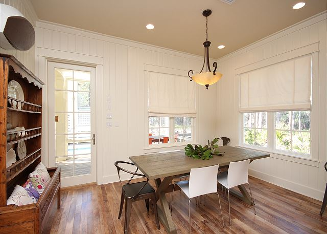 Eat-In Kitchen with Dining Space for 6