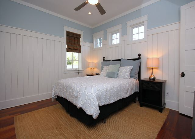 Queen Guestroom with Private Bath & Flat Screen TV