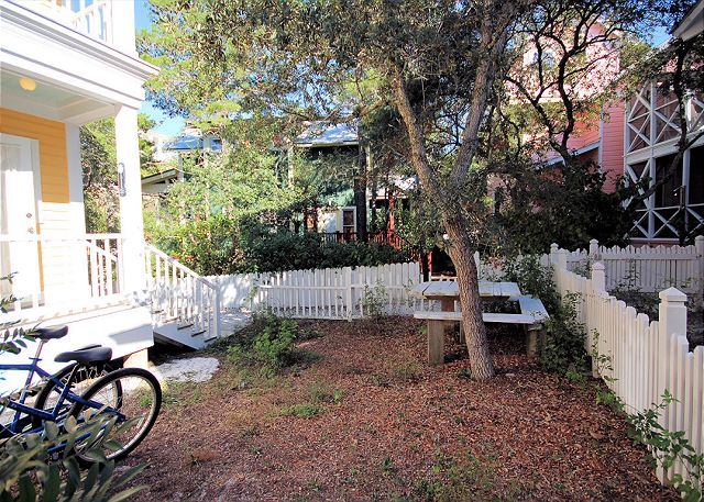 Private Yard & 2 Bikes Included with Rental