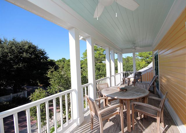 Upstairs Balcony with Dining Table & Extra Seating!
