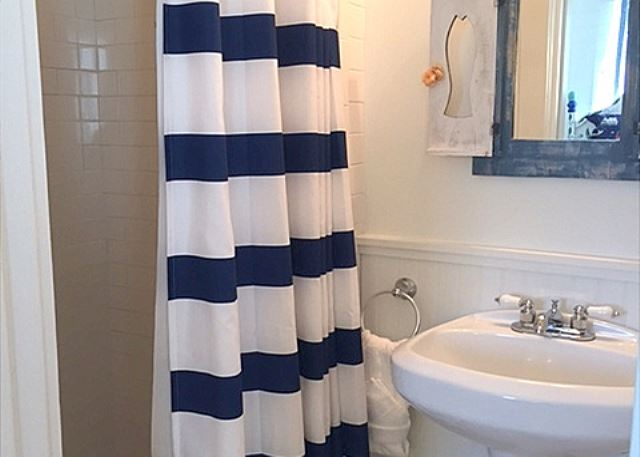 Twin Bedroom Guest Bath (Shower Only)