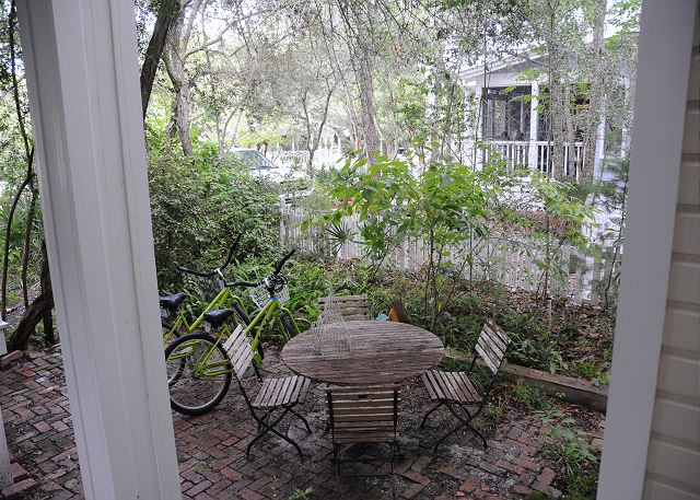 Outdoor Dining Space & 2 Bikes Included with Rental!