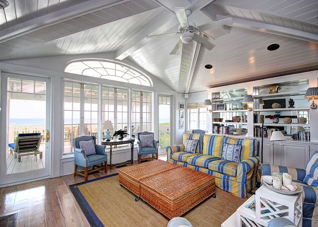 Upstairs Living Room with Gorgeous Views!