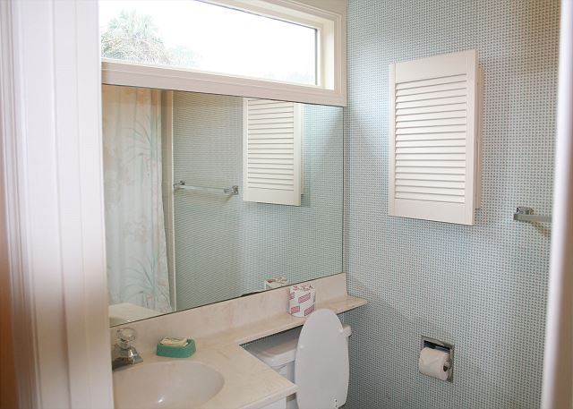 Colonnade Club 196 - Bedroom 2 Private Bath with Tub/Shower Combo - HiltonHeadRentals.com