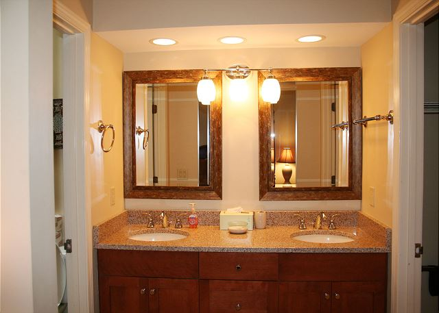 Evian 240 - Master Bath with Tub/Shower Combo - HiltonHeadRentals.com
