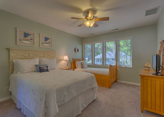 Water Oak 33 - Bedroom 3 with Queen & Twin Trundle Bed plus Private Bath - HiltonHeadRentals.com