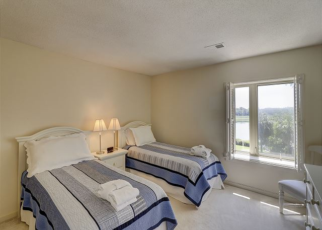 Bluff Villas 1817 - Bedroom 2 with Twin beds, Flat Screen TV & Hall Bath - HiltonHeadRentals.com