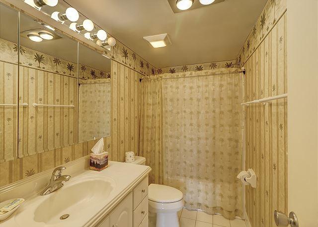 Bluff Villas 1817 - Bedroom 2 Hall Bath with Tub/Shower Combo - HiltonHeadRentals.com