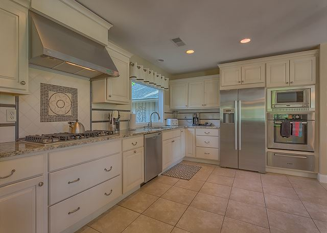 Battery 21 - Kitchen - HiltonHeadRentals.com