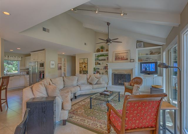 Battery 21 - Spacious Living Room with Flat Screen TV - HiltonHeadRentals.com