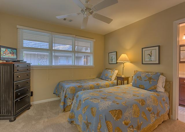 Battery 21 - Bedroom 4 with Twin beds, Flat Screen TV & Private Bath - HiltonHeadRentals.com
