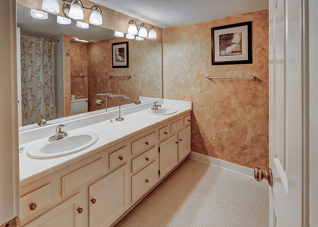 Beachside Tennis 1881 - Master Bath with Double Sinks & Tub/Shower combo - HiltonHeadRentals.com