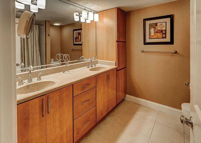 Beachside Tennis 1854 - Master Bath with Double Sinks & Tub/Shower combo - HiltonHeadRentals.com