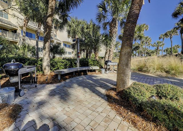 Captains Walk 481 - Poolside Grilling Area - HiltonHeadRentals.com