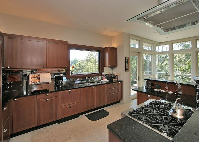 Full Sweep 16 - Gas Range in Kitchen - HiltonHeadRentals.com