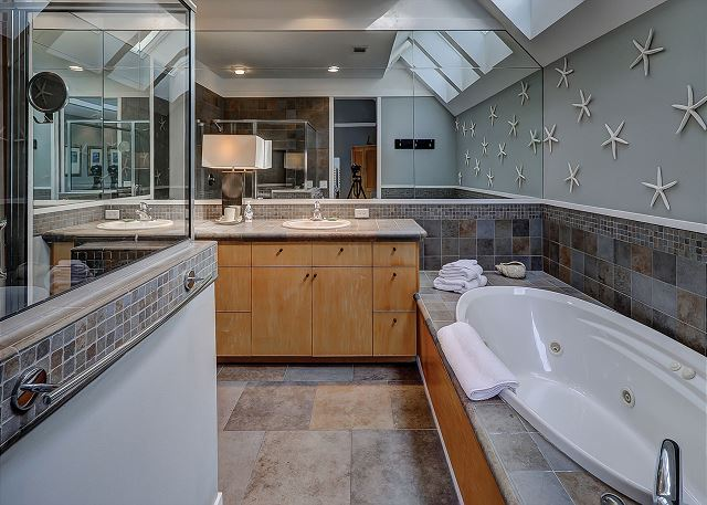 Pelican 7 - Master Bath with Jacuzzi Tub & Glass Shower - HiltonHeadRentals.com