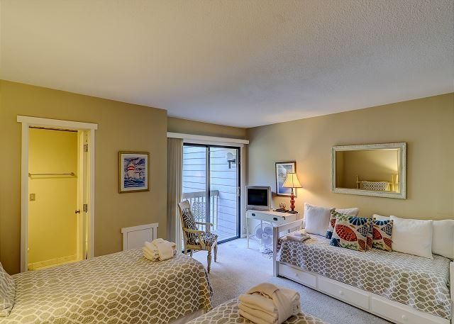 Shipmaster 604 - Bedroom 2 Trundle bed & TV - HiltonHeadRentals.com