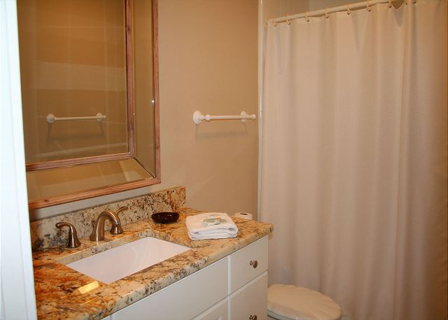 Shipmaster 604 - Master Bath with Tub/Shower Combo - HiltonHeadRentals.com