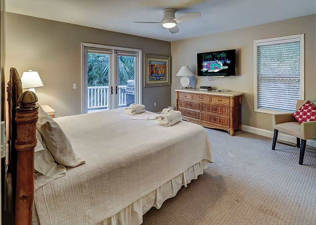 Sandpiper 30 - Bedroom 2 with King bed, Flat Screen TV & Hall Bath - HiltonHeadRentals.com