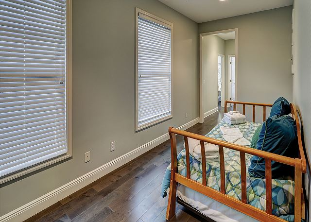 Sandpiper 30 - Day Bed on 3rd Floor Landing - HiltonHeadRentals.com