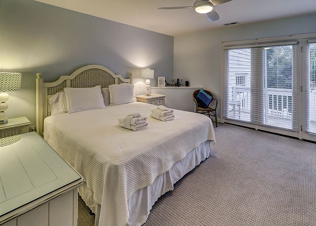 Sandpiper 30 - Bedroom 4 with King bed, Flat Screen TV & Shared Bath - HiltonHeadRentals.com