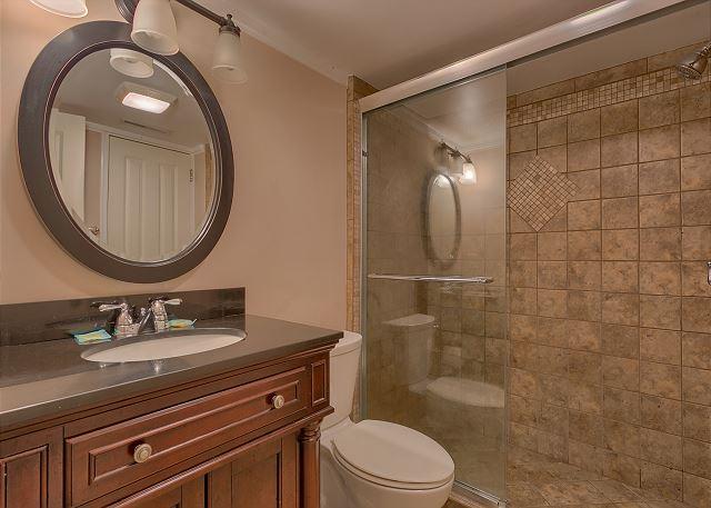 Surf Scoter 12 - Bedroom 4 Private Bath with Shower - HiltonHeadRentals.com